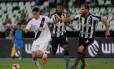 Paulinho tenta se livrar da marcação alvinegra Foto: Paulo Fernandes/Vasco/Divulgação