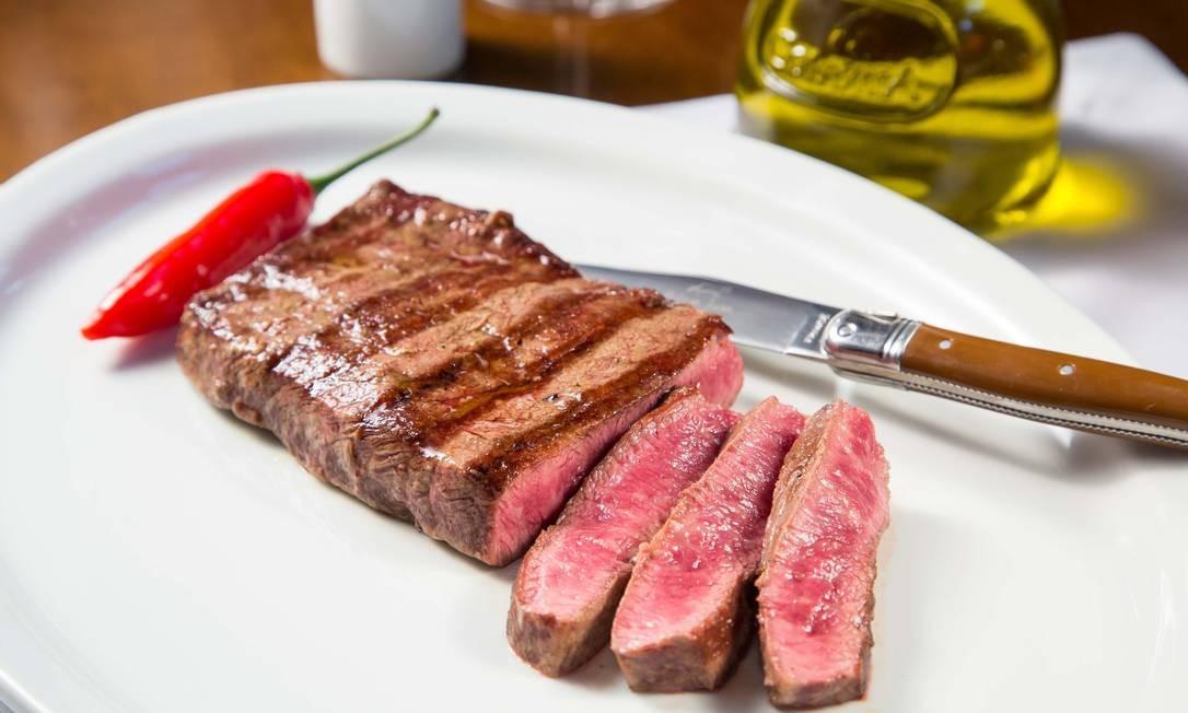 Pobre Juan: Em mais uma edição especial (o fim de cinco novilhos), a casa de carnes oferece quatro cortes da raça Wagyu (Shoulder Steak, na foto), conhecidos pelo perfeito equilíbrio de gordura (entre R$ 109,90 e R$ 169,90). Todos eles serão servidos com porções individuais de um acompanhamento à escolha, como farofa de pistache, palmito pupunha, papas soufflée e mix de cogumelos, entre outros. Av. das Américas 3.900, 3º andar do Village Mall, Barra (3252-2637). Foto: MARIO RODRIGUES/DIVULGACAO / Divulgação/Mario Rodrigues