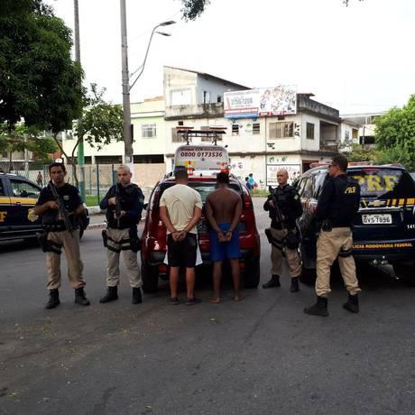 Os presos e o carro recuperado por agentes da PRF Foto: Divulgação/PRF