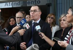 O promtor Renaldo Varalda entrega o abaixo-assinado no STF Foto: Ailton de Freitas / Agência O Globo