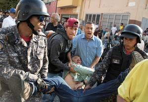 Deputado Teodoro Campos é levado após ser ferid9o em caminhada Foto: STRINGER / REUTERS