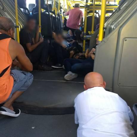Passageiros do BRT se abrigam dos tiros na Praça Seca Foto: OTT-RJ