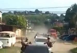 Vídeo mostra comboio de carros com bandidos exibindo fuzis em Belford Roxo, na Baixada Fluminense Foto: Reprodução de vídeo