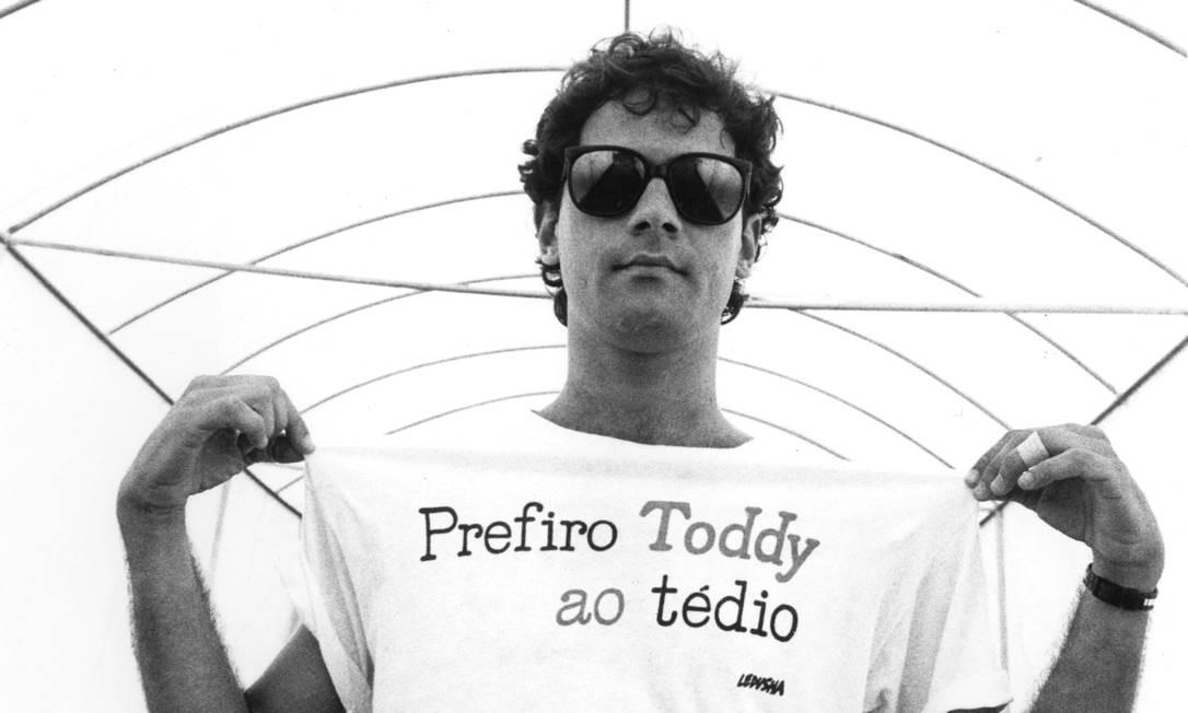 Cazuza, em 1986, com camiseta que reproduzia verso da poeta Ledusha Foto: Silvio Ferreira / Divulgação