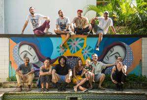 Membros da Casa Borbulhante na área externa do local Foto: Brenno Carvalho / Agência O Globo