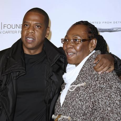 Jay-Z posa com a mãe, Gloria Carter, em evento de caridade de Nova York Foto: Kristina Bumphrey / AP