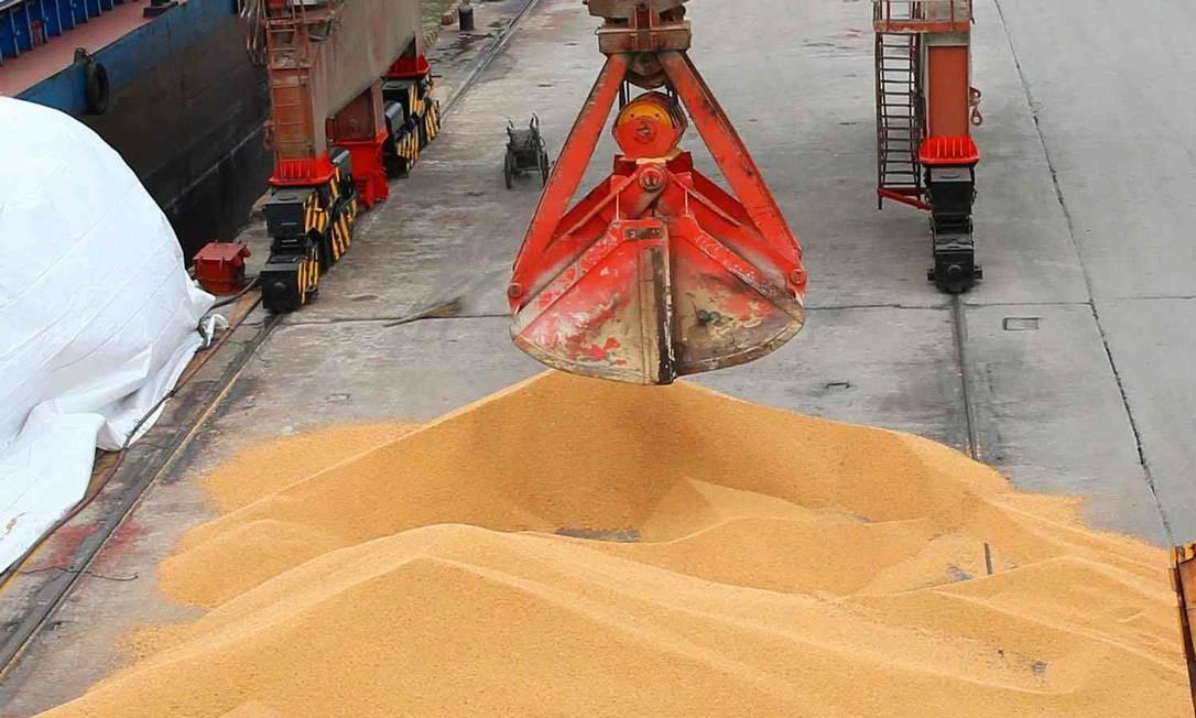 Trabalhadores descarregam soja no Porto de Nantong, na província de Jiangsu. Foto: AFP