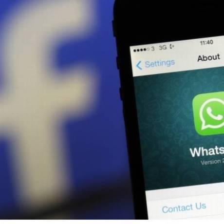 Aplicativo do WhatsApp, ao lado de logomarca do Facebook. Foto: Bloomberg