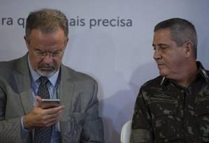 Jungmann com o general Braga Netto, interventor federal na segurança do Rio, em evento nesta quarta-feira Foto: Alexandre Cassiano / Agência O Globo