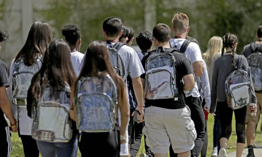 Estudantes usam mochilas transparentes no campus da escola Stoneman Douglas Foto: John McCall / AP