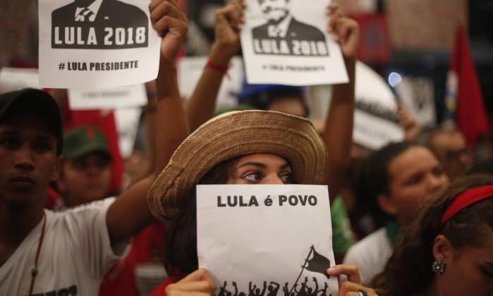 Sindicalista pede que apoiadores de Lula fiquem até o final da sessão