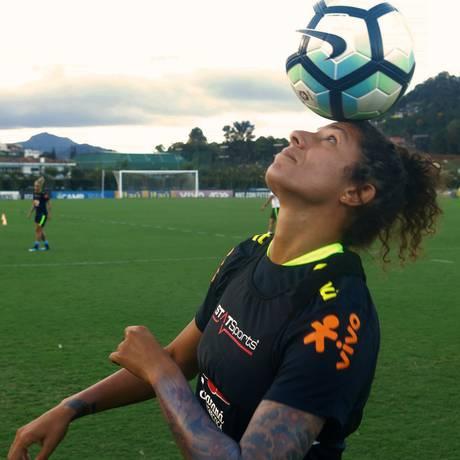 Atacante Cristiane, da seleção brasileira de futebol feminino, durante treino na Granja Comary, em Teresópolis Foto: Matheus Meyohas