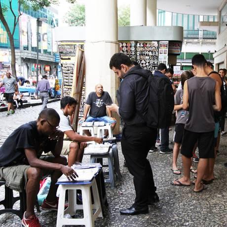 Troca de figurinhas da Copa do Mundo movimenta o Centro do Rio Foto: Paulo Nicolella / Agência O Globo