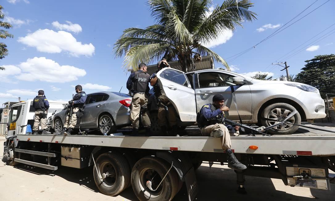 PRF recupera carros roubados em favela de Jardim América, na Zona Norte. Arquivo: 01/08/2017 Foto: Pablo Jacob / Agência O Globo