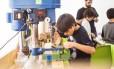 """No MundoMaker, crianças, jovens e adultos aprendem robótica e programação e colocam a """"mão na massa"""""""