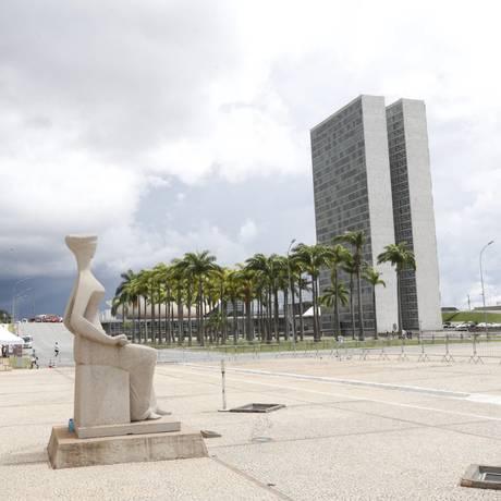 O símbolo da Justiça na entrada do Supremo Tribunal Federal;ao fundo, o Congresso Foto: Ailton de Freitas / Agência O Globo
