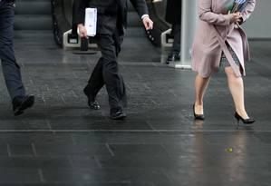 Homens e mulheres caminham na City of Londres, centro financeiro de Londres. Foto: Daniel Leal-Olivas/AFP