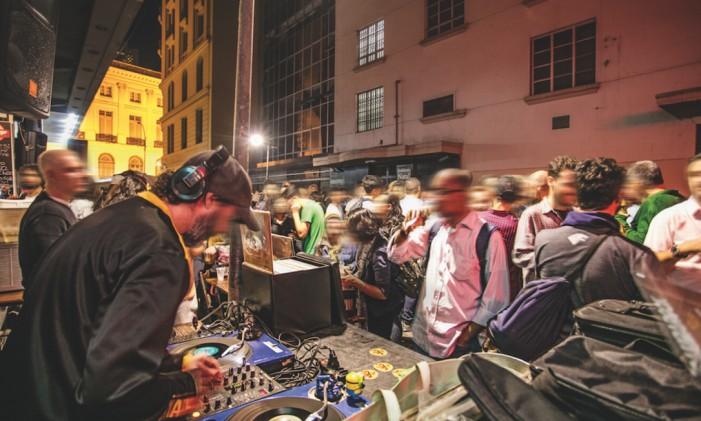 A programação gratuita é embalada por DJs Foto: Divulgação/Tomas Rangel