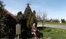 Terez Majsztrovics, de 84 anos, senta perto de sua casa, na vila de Bacsszentgyorgy, na Hungria Foto: BERNADETT SZABO / REUTERS