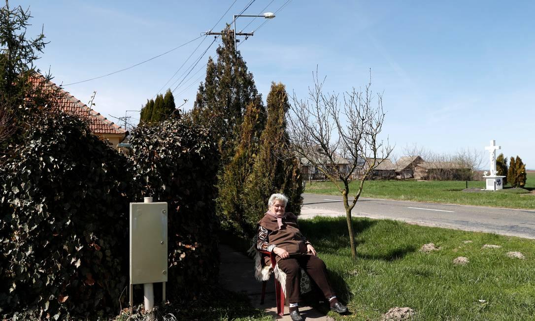 Terez Majsztrovics, de 84 anos, se senta perto de sua casa, na vila de Bacsszentgyorgy, na Hungria Foto: BERNADETT SZABO / REUTERS