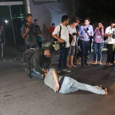 Homem foi agredido após xingar dirigentes petistas em frente a instituto Lula Foto: Sérgio Roxo / Agência O Globo
