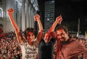 Manuela D'Ávila (PCdoB), Lula e Boulos (PSOL) juntos durante ato em Curitiba Foto: Rafael Ribeiro / Divulgação/ Instituto Lula