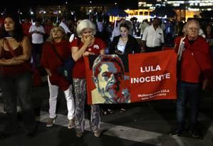 Grupo pró-Lula protesta contra a prisão do ex-presidente Foto: Jorge William / Agência O Globo 04/04/2018