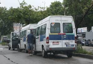 Vans circulam em Jacarepaguá, uma das áreas onde a prefeitura autorizou circulação fora das rotas originais Foto: Pedro Teixeira