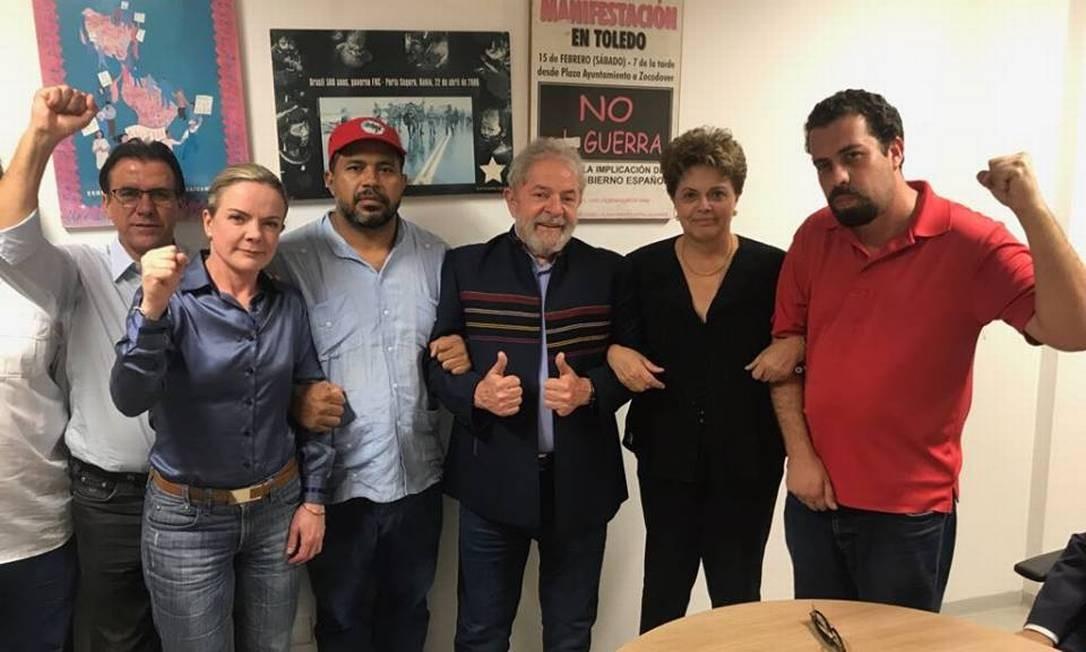 Lula a aliados, entre eles o pré-candidato Guilherme Boulos e a ex-presidente Dilma Rousseff no sindicato dos Metalúrgicos do ABC Foto: Divulgação/ PT