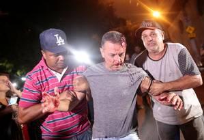Do lado de fora do Instituto Lula, um manifestante contrário ao ex-presidente foi agredido e teve traumatismo craniano. Foto: STRINGER / REUTERS
