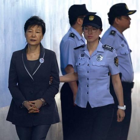 Park Geun-hye, à esquerda, chega a julgamento em tribunal de Seul Foto: Ahn Young-joon / AP
