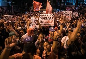 Simpatizantes do ex-presidente Lula fazem vigília em frente ao Sindicato dos Metalúrgicos em São Bernardo do Campo, no ABC Foto: MARCELO CHELLO / AFP