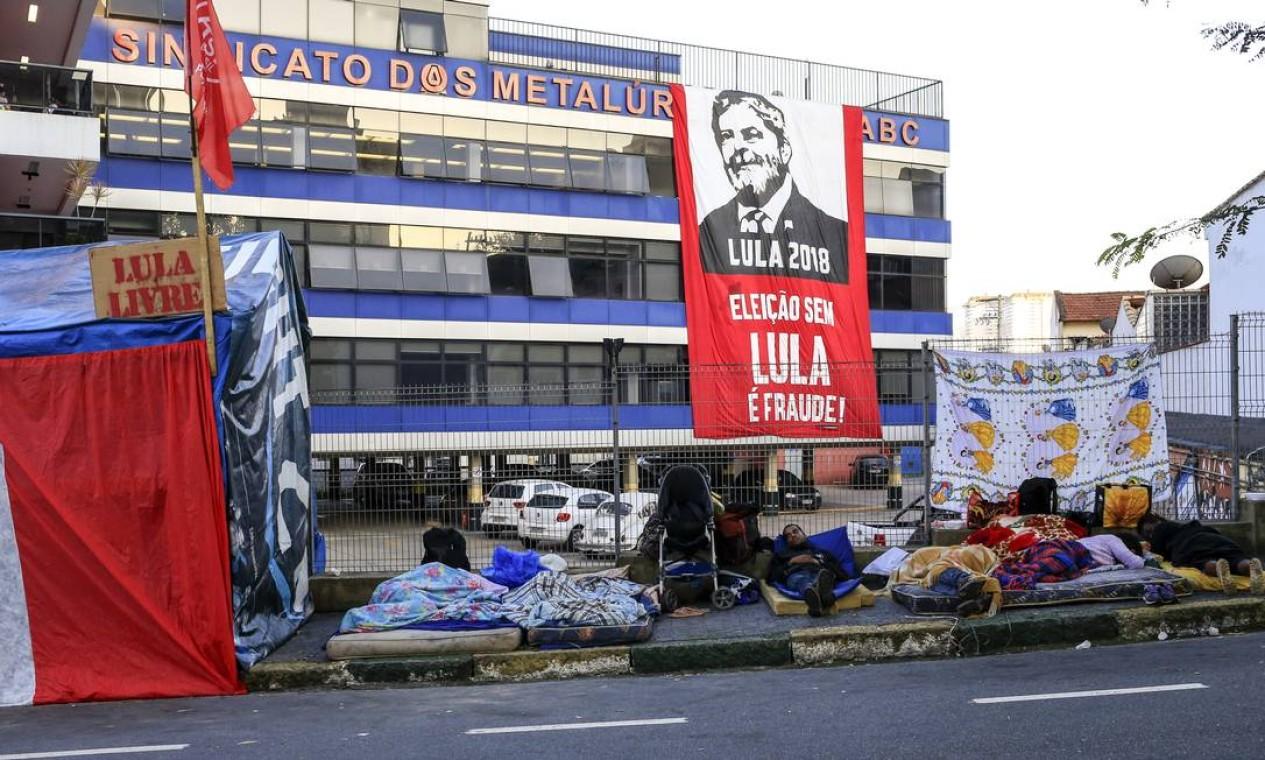 Os manifestantes passaram a noite na frente do sindicato Foto: Edilson Dantas / Agência O Globo