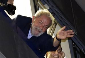 O ex-presidente Lula acena para seus apoiadores em frente ao Sindicato dos Metalúrgicos em São Bernardo do Campo, em 05/04 Foto: Nelson Antoine / AP