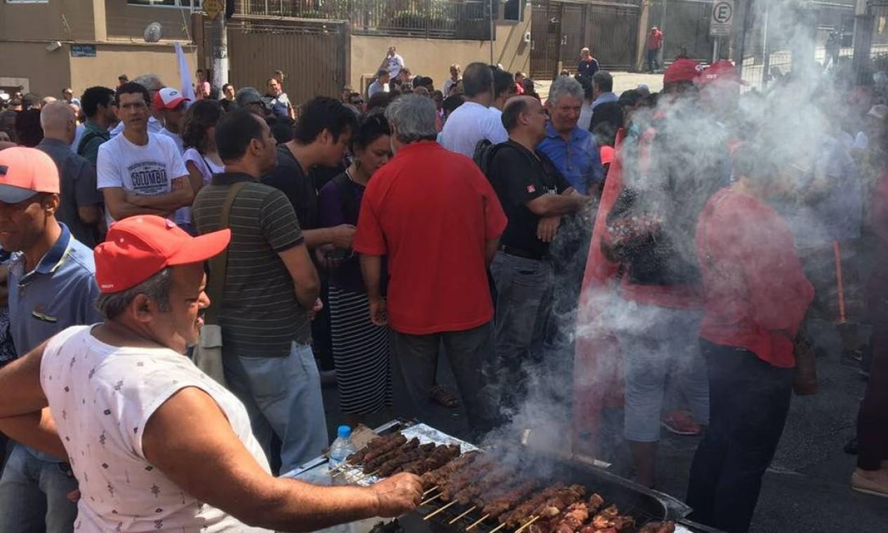 Os manifestantes organizaram um churrasco na porta do sindicato Foto: Luis Lima / Agência O Globo