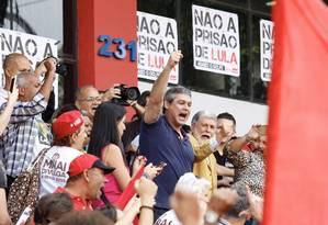 Os petistas Lindberg Farias e Celso Amorim chegam ao Sindicato dos Metalurgicos do ABC, em São Bernardo do Campo, onde está o ex-presidente Lula Foto: ANDERSON GORES / FramePhoto / Agência O Globo