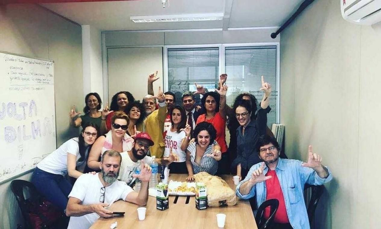 Artistas, entre eles as cineastas Laís Bodanzk, Anna Muylaert e Tata Amaral, se reúnem dentro do Sindicato Foto: Reprodução do Facebook
