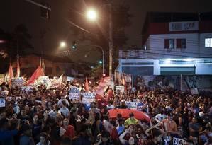 Apoiadores do ex-presidente Lula se reúnem do lado de fora do Sindicato dos Metalúrgicos do ABC, em São Bernardo do Campo Foto: Andre Penner / AP