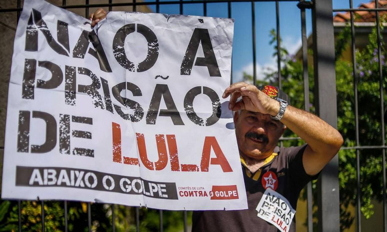 """Do lado de fora, manifestantes entoam o canto: """"Lula, guerreiro do povo brasileiro"""" Foto: AFP/MIGUEL SCHINCARIOL"""