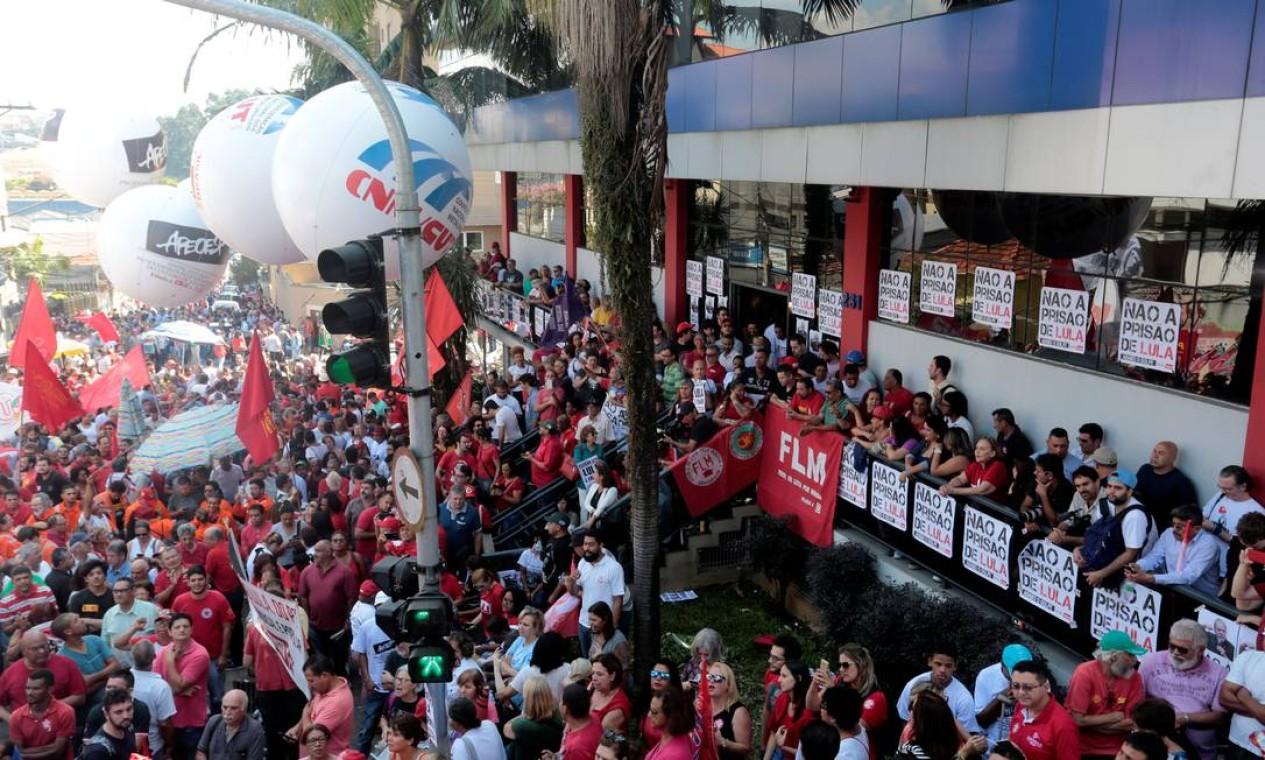 Manifestantes cercaram prédio do Sindicato dos Metalúrgicos em defesa do ex-presidente. Foto: STRINGER / REUTERS