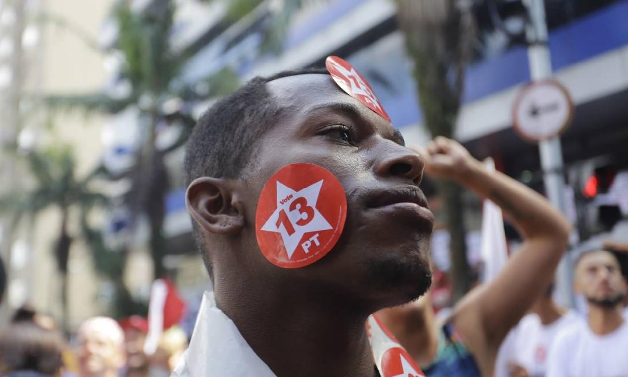 Na foto, jovem demonstra apoio a Lula, do lado de fora do Sindicato dos Metalúrgicos Foto: Nelson Antoine / AP