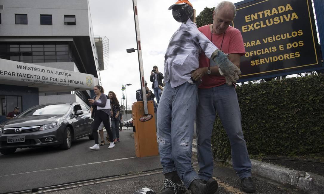 Tobias Marques levou para a porta da PF um boneco representando a corrupção. Foto: Leo Correa / AP