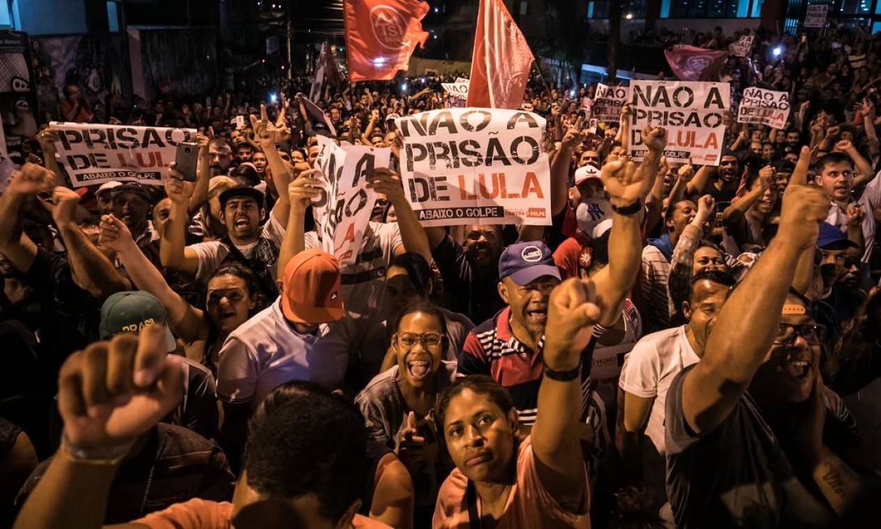 Na noite anterior, os petistas já se reuniam do lado de fora do prédio. Foto: MARCELO CHELLO / AFP