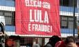 Desde quinta-feira manifestantes estão em frente ao Sindicato dos Metalúrgicos do ABC, onde também está o ex-presidente Foto: REUTERS/Leonardo Benassatto