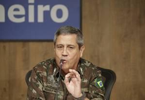 O general Braga Netto, durante entrevista coletiva Foto: Gabriel de Paiva/Agência O Globo/27-02-2018
