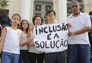 Protesto. Manifestação em defesa da rede inclusiva de Niterói realizada na última quarta-feira, em frente à Câmara dos Vereadores: novo ato já foi marcado Foto: Brenno Carvalho / Brenno Carvalho