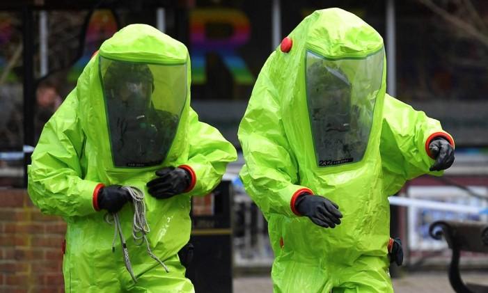 Especialistas com roupa especial isolam área em que o ex-espião russo Sergei Skripal e sua filha Yulia tomaram veneno, na Inglaterra Foto: BEN STANSALL / AFP
