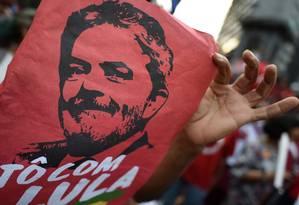 Manifestante leva cartaz com imagem de Lula para ato em Belo Horizonte Foto: Douglas Magno / AFP