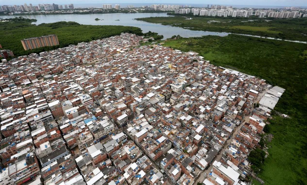 A expansão imobiliária impulsionada pelas quadrilhas é vista, por exemplo, nos arredores de Rio das Pedras, a primeira comunidade carioca controlada por um grupo paramilitar Foto: Custódio Coimbra / Agência O Globo
