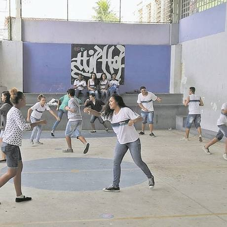 Uma aula de capoeira na Escola Municipal Rio de Janeiro: jovens são protagonistas na instituição Foto: Divulgação